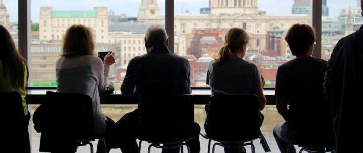 Gruppe von Menschen vor einem Fenster