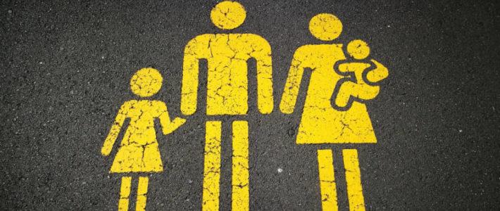 Familie auf Asphalt als Markierung