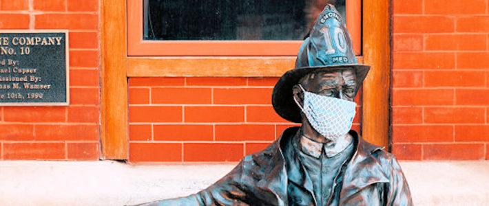 Statue eines Feuerwehrmannes mit Atemschutzmaske