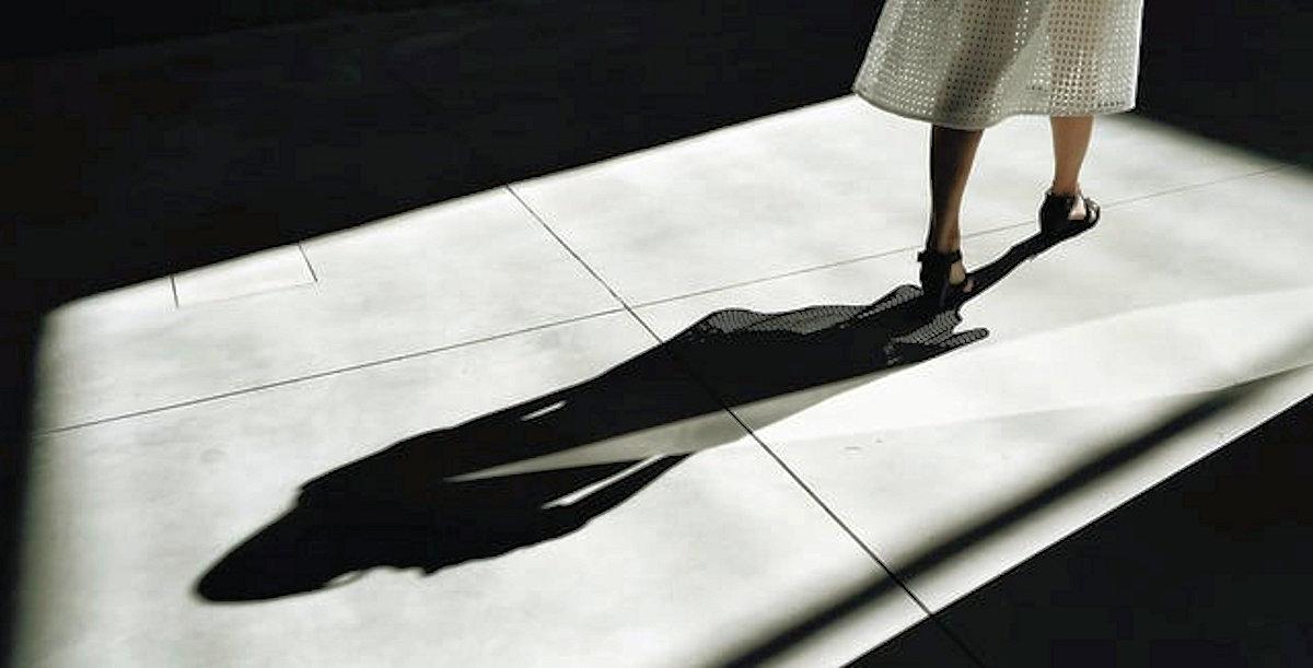 Schatten einer Frau in der geöffneten Tür